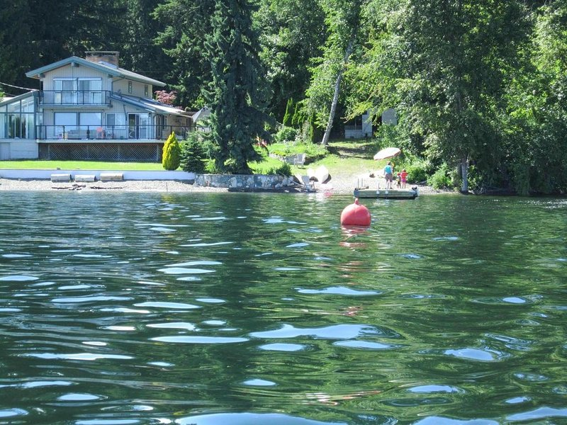 Amazing Waterfront Shuswap -130 Feet of Prime Waterfront, vakantiewoning in Scotch Creek