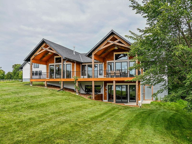 Come vacation on Long Lake in this beautiful home!, alquiler vacacional en Detroit Lakes