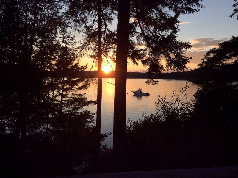 Sunsets over Quahog Bay  - rustic setting, peace and quiet, vakantiewoning in Bath