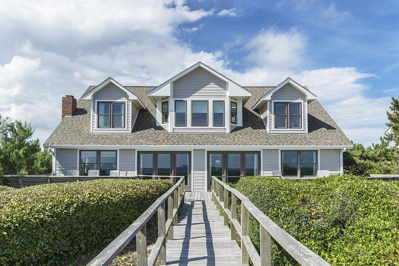 Jonah's Whale - 6 Bedroom oceanfront home with ocean and ICW views, location de vacances à Caswell Beach