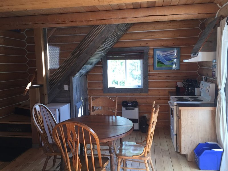 Log Cabin with Amazing Mountain & Lake Views (pet-friendly), casa vacanza a Yukon