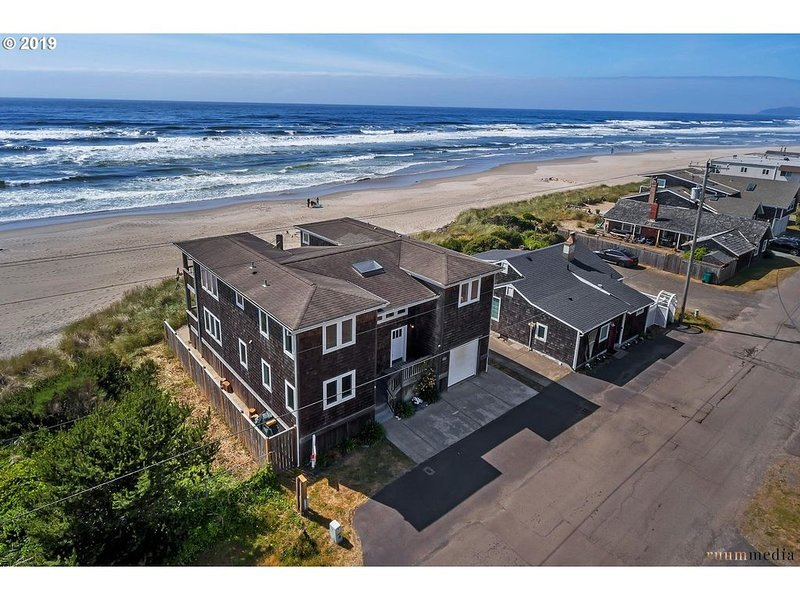 Amazing Oceanfront Home!, location de vacances à Rockaway Beach