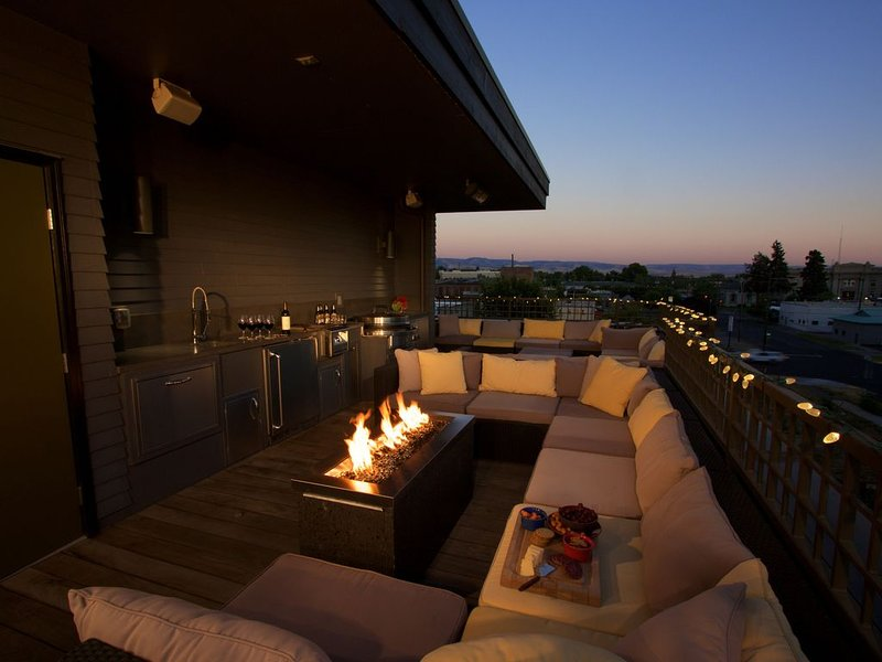Luxury Town Home with Amazing Rooftop Gathering Area, aluguéis de temporada em Touchet