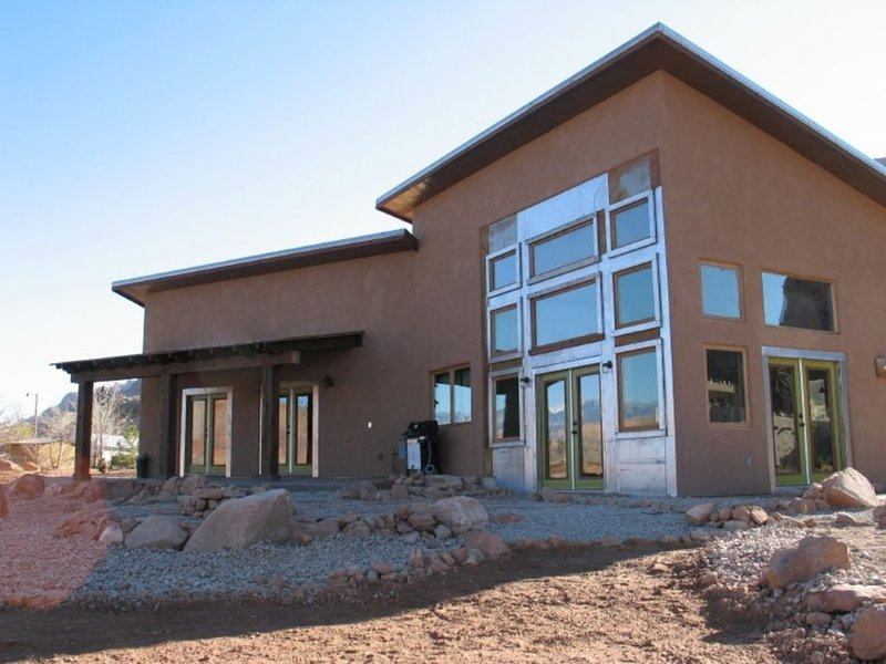 Moab Panorama Oasis, Amazing Views,  Near Arches Wifi, $4600 Per month, vacation rental in Moab