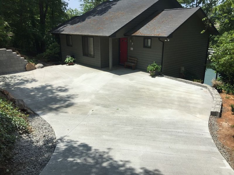 4 BR Lakefront Home in a Quiet Cove with Swim Dock and No Boat Traffic!, aluguéis de temporada em Hayesville