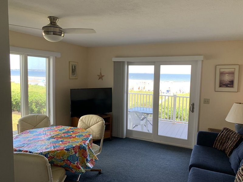 OOB BeachFRONT 1st Floor Condo sleeps 4, short walk to town, holiday rental in Prouts Neck