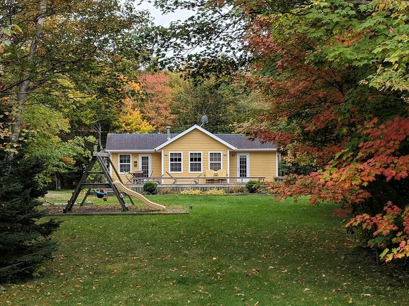 Barefoot Bungalow – Beautiful Cottage in Cavendish with Pool and Hot Tub, vacation rental in New London