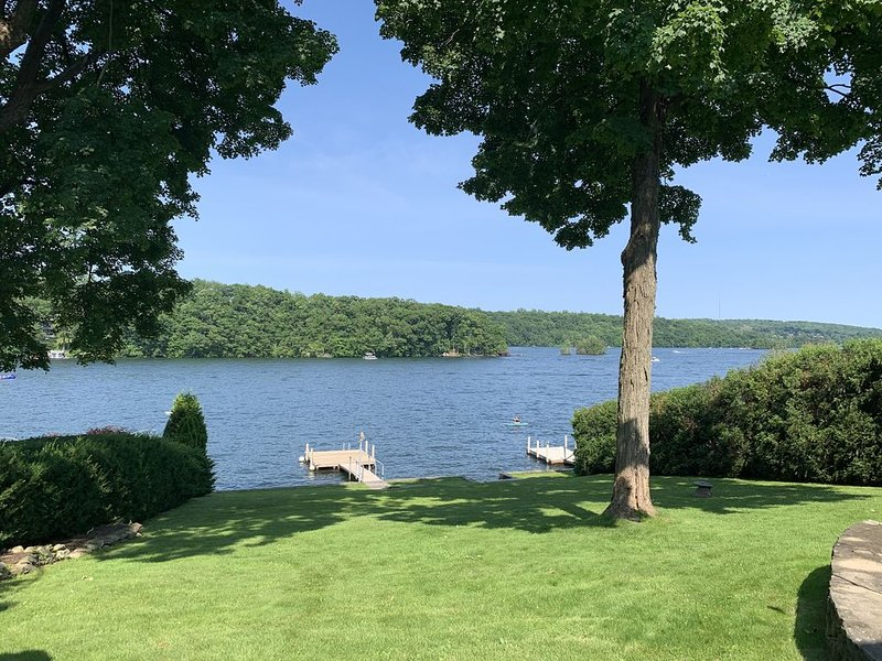 Lakefront Luxury Retreat on Candlewood Lake, location de vacances à North Salem