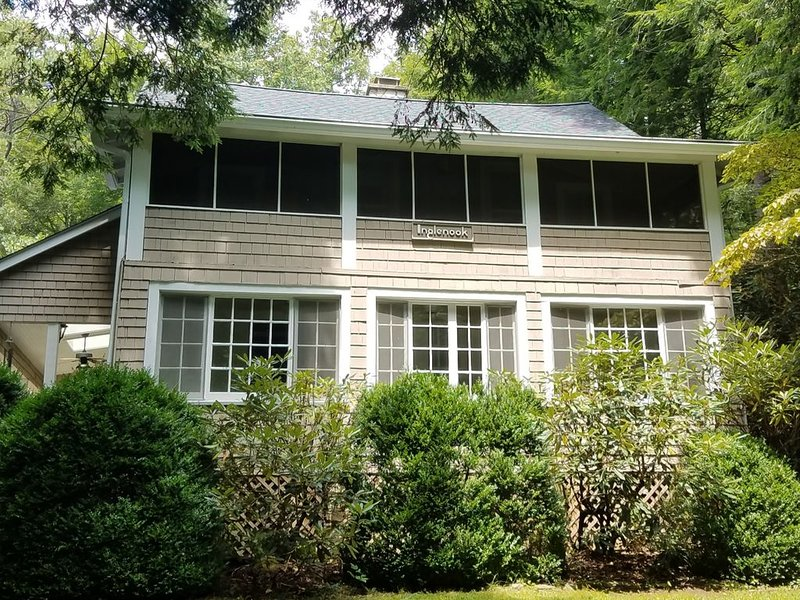 Circa 1907 Updated Home; 1/4 mile inside Montreat Gate on rare level, large lot, alquiler vacacional en Black Mountain