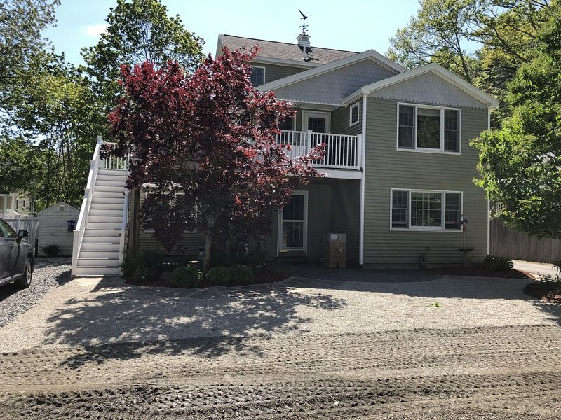 4 BR, 3 Bath  Close Walk To Everything! 1/2 Mile to Center 8/10 to Beach, holiday rental in Ogunquit