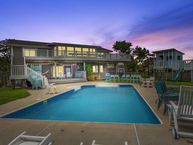 Beautiful Beach Home on HUGE bay front lot, w/ pool, tree house, and rec room, alquiler de vacaciones en Virginia Beach