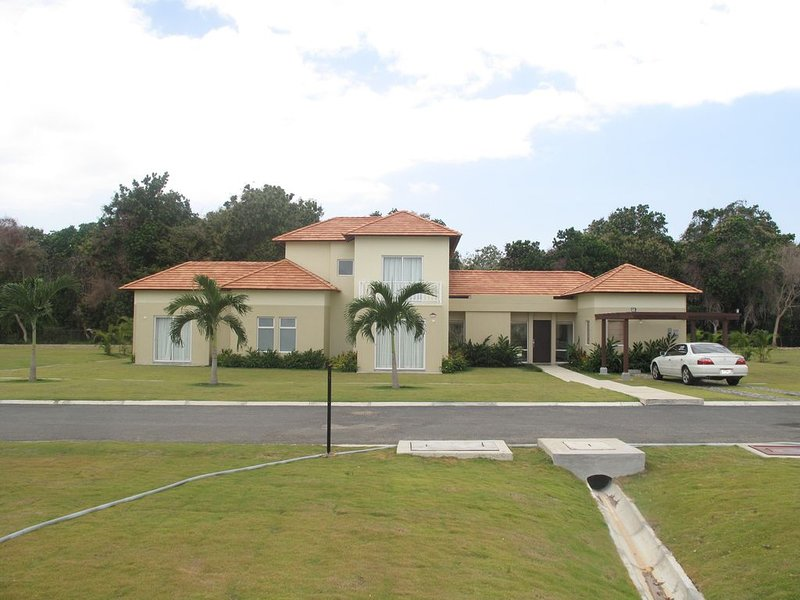 Beautiful 4 bedroom 3.5 bath Villa in Golf and Beachfront Community!, aluguéis de temporada em El Farallon del Chiru