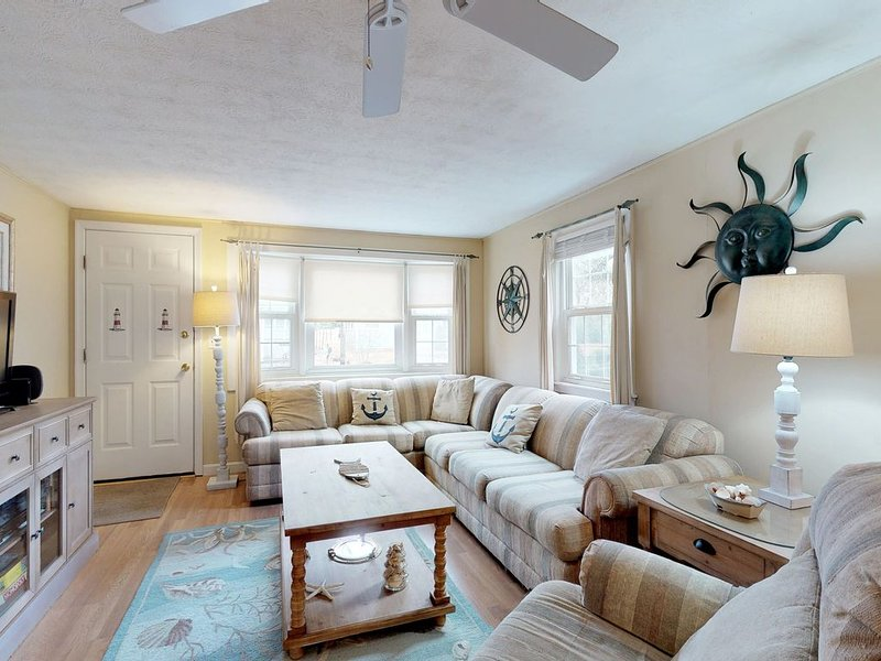Cozy Cape home w/ fenced backyard, grill & AC - short walk to the beach!, holiday rental in West Yarmouth