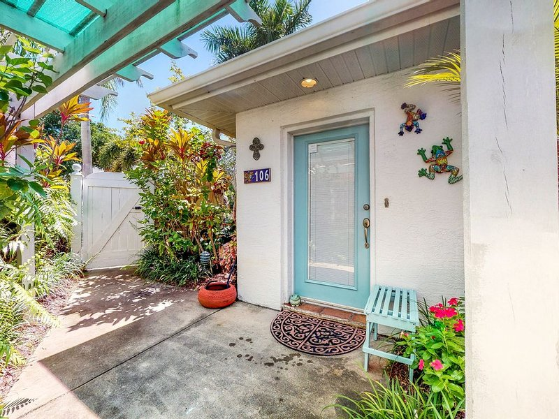 Dog-friendly beachy condo w/ tropical gardens, close to the ocean, vacation rental in Holmes Beach