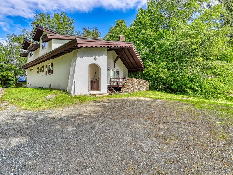Newly remodeled charming dog-friendly home near Cannon Mountain Ski Area!, casa vacanza a Sugar Hill