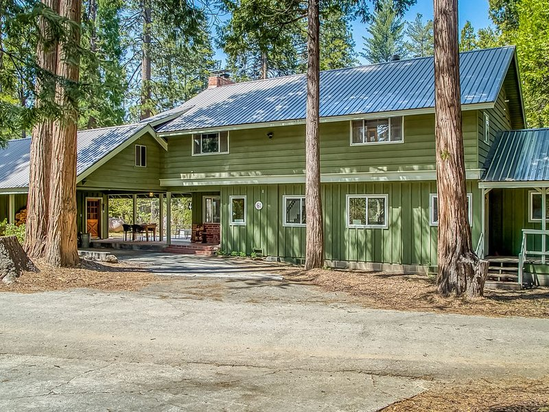 Spacious cabin home w/ a large deck, wood-burning fireplace, & full kitchen, casa vacanza a Shaver Lake