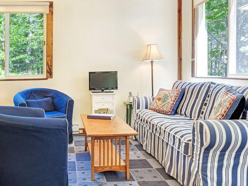 Woodland Home near Long Pond w/ Spacious Living Area, Full Kitchen & Deck!, alquiler vacacional en Mount Desert