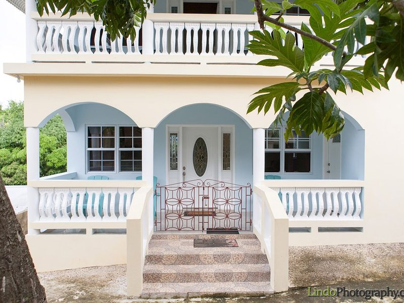 Experience Real Jamaica! Large House, full kitchen, quiet beach, local vendors., vacation rental in Duncans
