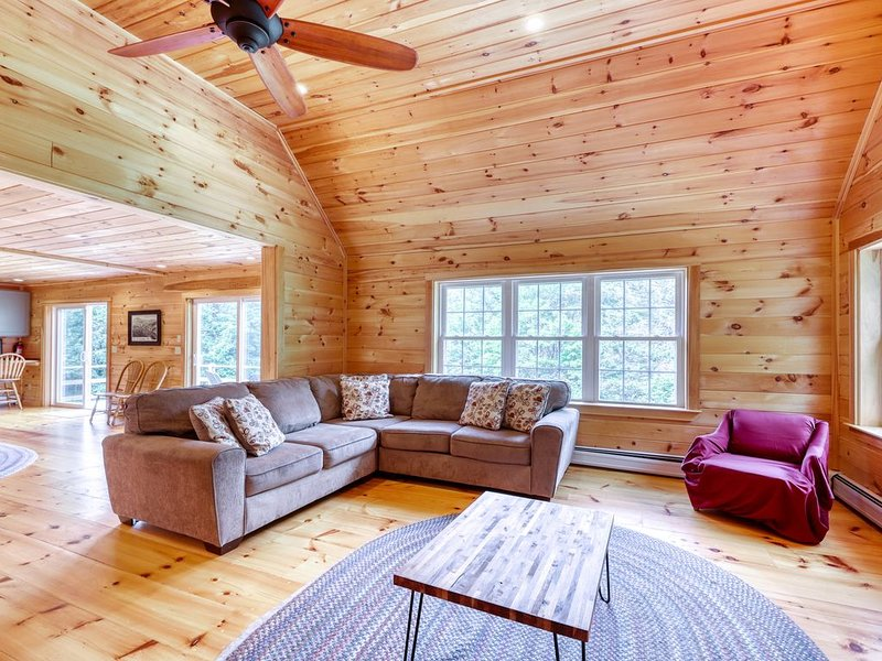 Secluded, rustic home w/ private hot tub & huge deck - 5 miles to Okemo – semesterbostad i Ludlow