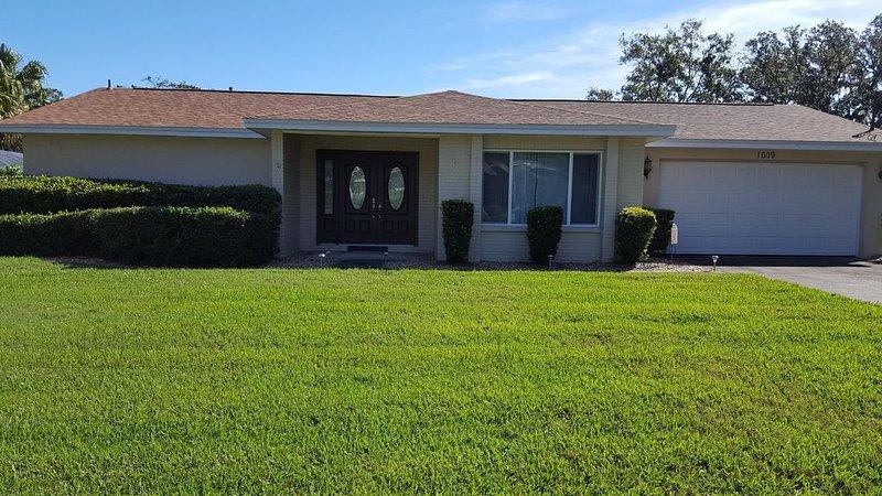 Stunning, Cozy, Executive Home on Florida Lake, holiday rental in Brandon