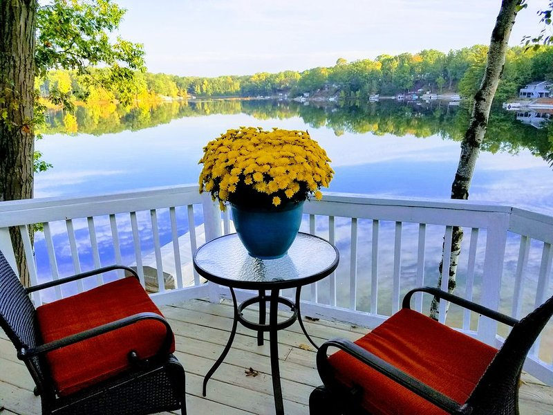 Waterfront home with breathtaking panoramic view of all sports lake, casa vacanza a Weidman