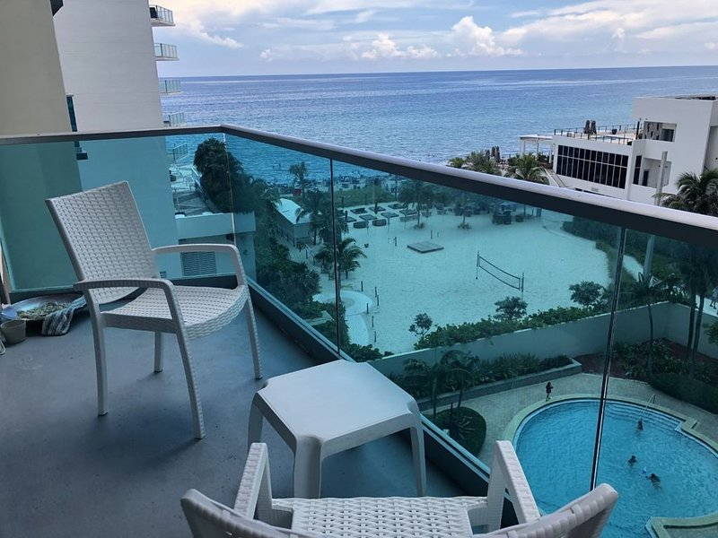 Newly renovated, 2 bedroom, 2 bathroom apartment at Sian Residences, ocean view!, location de vacances à Hollywood