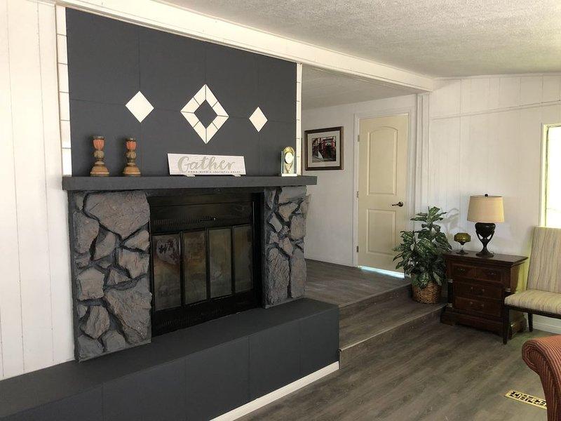 Entire 1432 sq ft home is your place Pahrump NV Near Death Valley & Front Sight., aluguéis de temporada em Pahrump