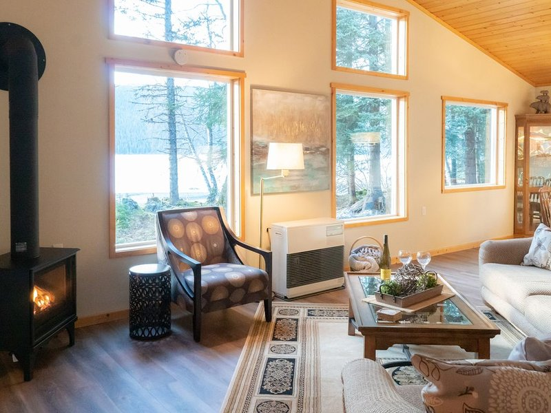 La sala de estar / comedor da al lago Kenai.