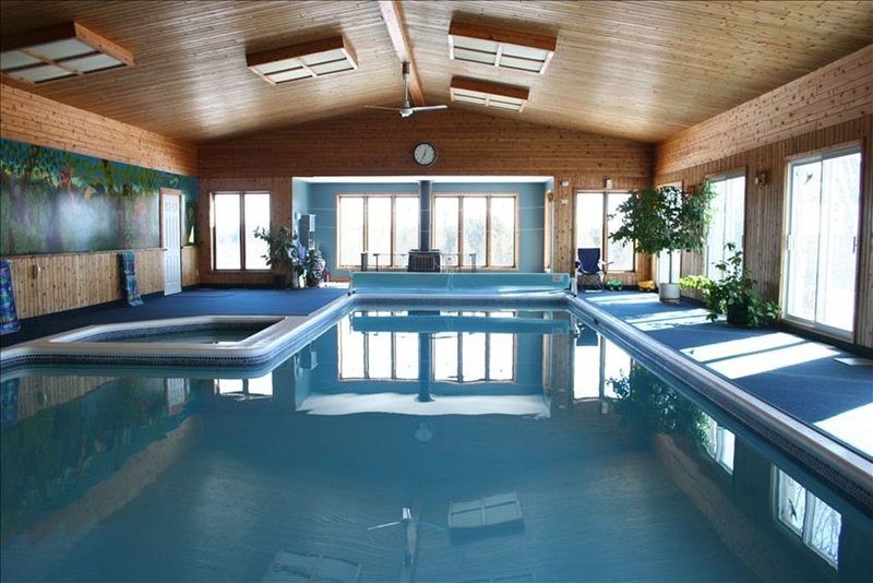 SAFE FAMILY COTTAGE. SLEEPS 40+.CHLORINATED POOL WATER KILLS ALL VIRUSES., vacation rental in Lancaster