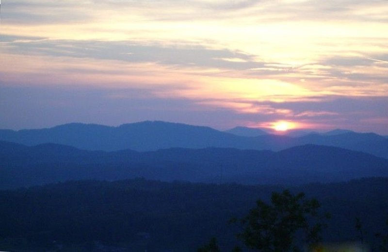 Long Range Mountain & Valley Views from this Beautiful Chalet, holiday rental in Brasstown