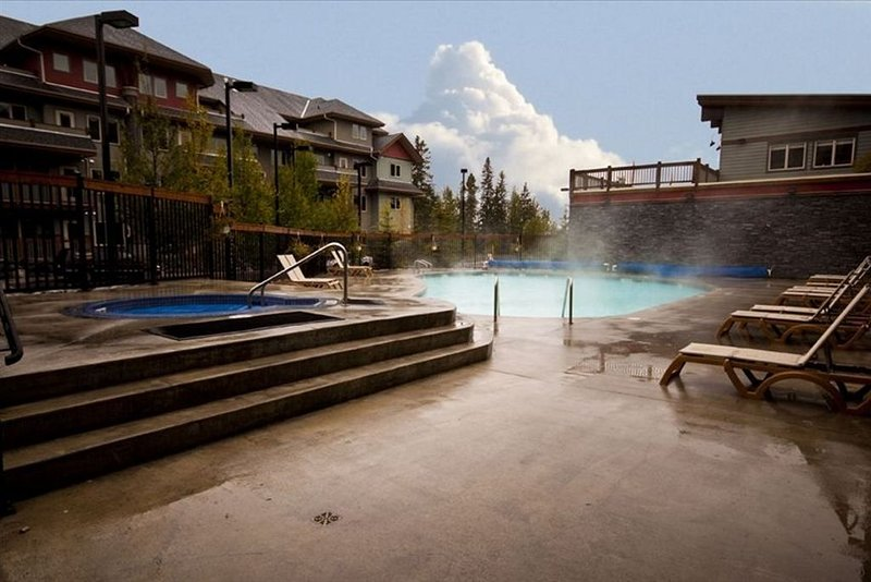 20 min from Banff National Park - Heated Pool, 3 Hot Tubs, BBQ, WiFi, vakantiewoning in Kananaskis Country