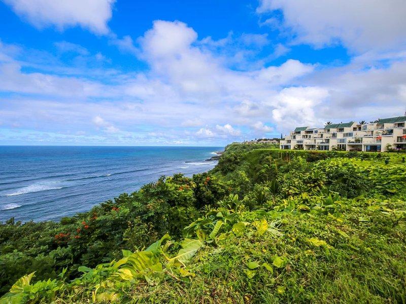 Premier Ocean Bluff Condo with Spectacular Surf and Sunset Views, alquiler de vacaciones en Haena