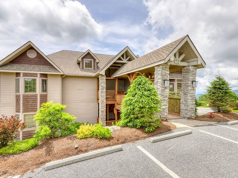 Luxury Sugar Mountain condo w/private covered balcony & hardwood floors, holiday rental in Sugar Mountain