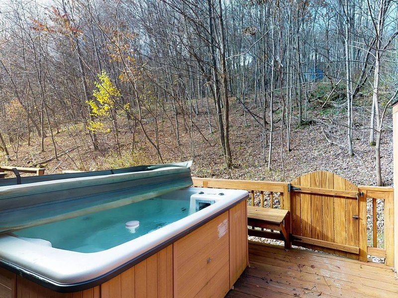 Ski-in/ski-out mountain view home w/hot tub & fireplace, holiday rental in McHenry