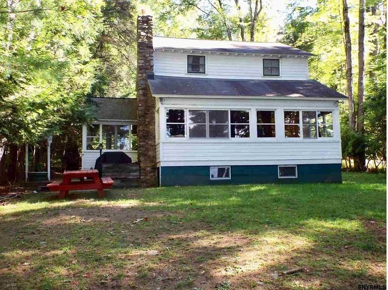 Great Sacandaga Lake 5BR Cottage with Direct Waterfront, Dock, Swimming Platform, holiday rental in Northville