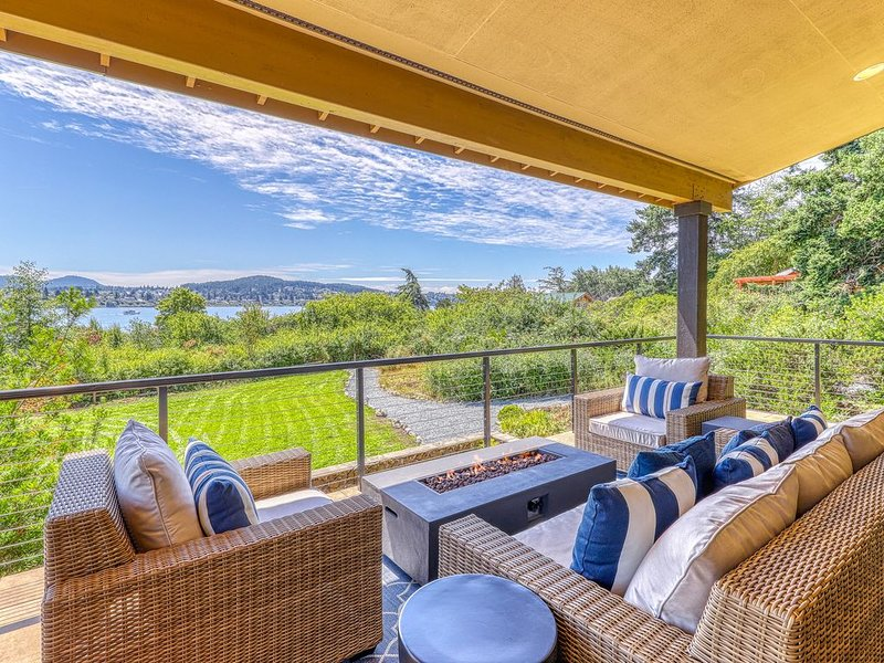 NEW LISTING! Dog-friendly home w/ water view, deck, fire pit & full kitchen!, vacation rental in Anacortes