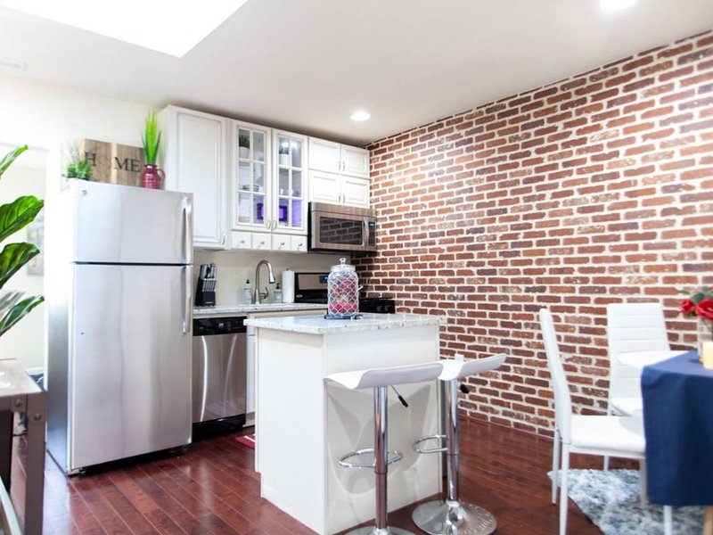 ✦ STACKED ROWHOME ✦ DC Favorite H ST CORRIDOR ✦ FREE Trolley to UNION STATION, holiday rental in Hyattsville