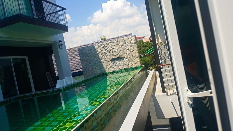 3BRs 5 BathRms with private pool in BKK, 3 km to metro ,9 km to BKK airport, holiday rental in Bang Bo