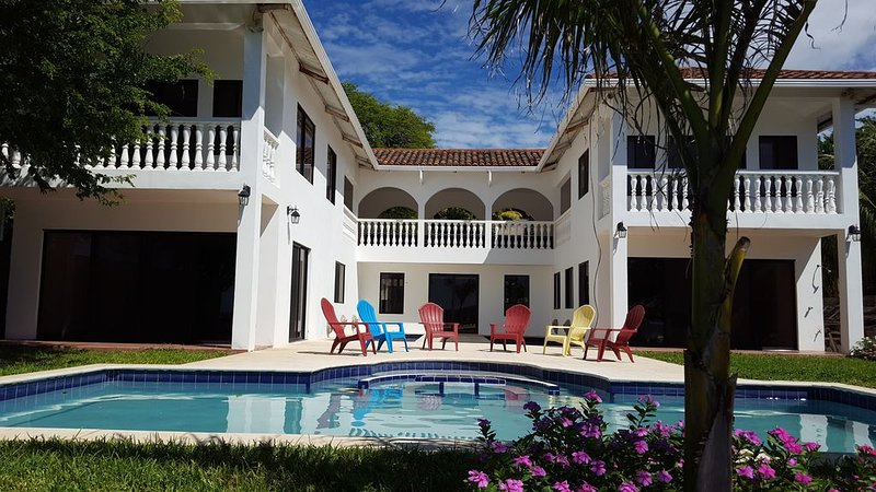 Beachfront Villa Of Dreams, aluguéis de temporada em Playa Yankee