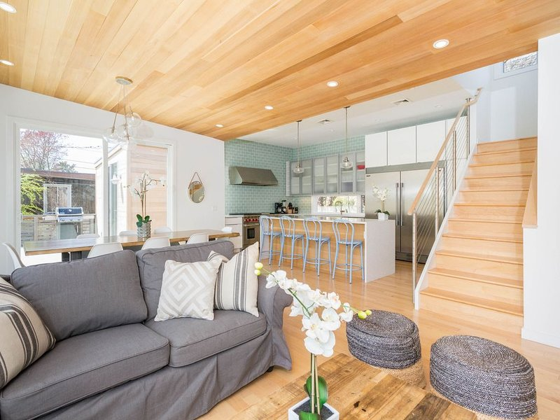 Centrally located home w/ gourmet kitchen, & spacious deck, vacation rental in Fire Island