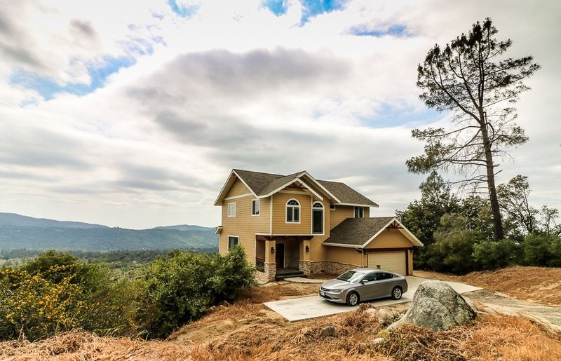 Beautiful new home atop a mountain with amazing Views, holiday rental in Oakhurst
