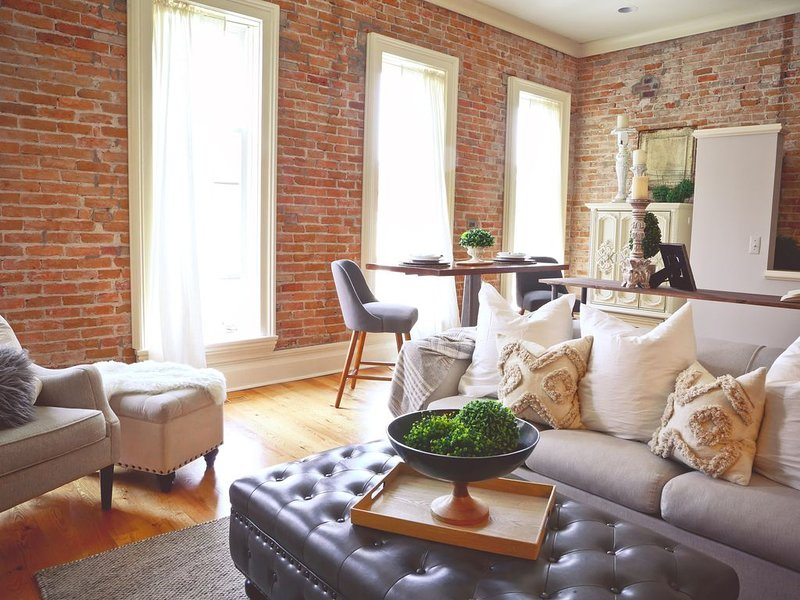 STUNNING Downtown Loft!! Just steps to everything., holiday rental in Milford