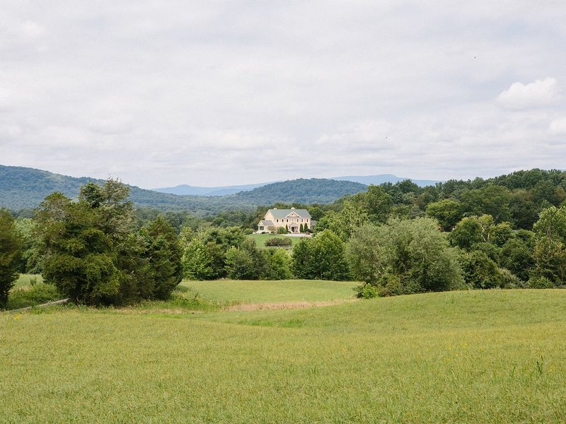 Nature lovers dream! Country estate with stunning Blue Ridge Mountain views., location de vacances à Rappahannock County