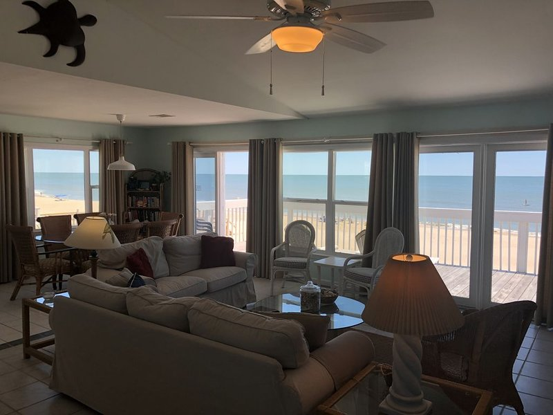 Clean and Comfy Cottage right on the Beach!, location de vacances à Eastpoint