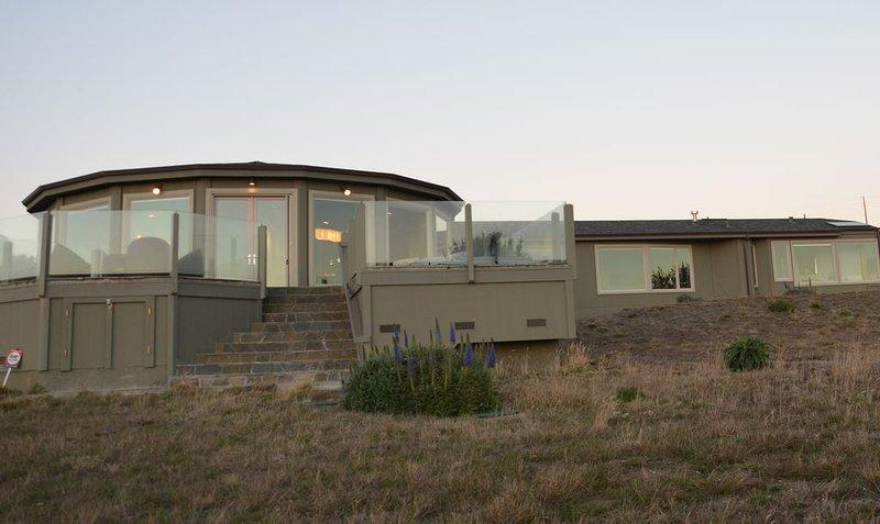 L'arrière de la maison présente une vue panoramique sur l'océan
