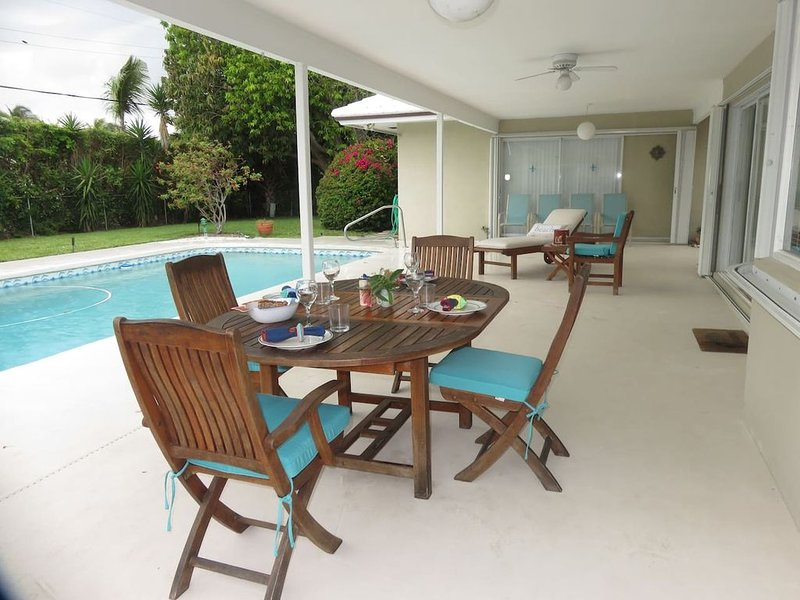 Spacious villa with private pool, water views and walk to beach, vacation rental in Singer Island