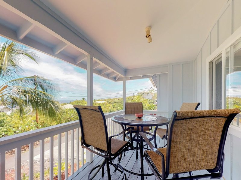 Beautifully remodeled ocean view home across from beach w/ huge lanai & garage, location de vacances à Captain Cook