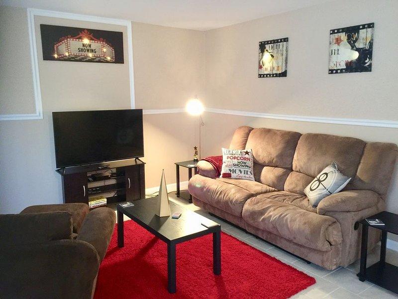 Red Carpet movie-themed home in Westland!, casa vacanza a Garden City