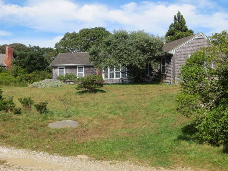 comfortable ranch house overlooking Menemsha Bight, Ferienwohnung in Chilmark