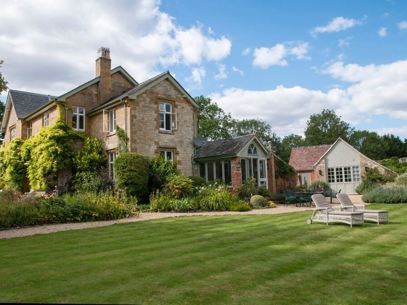Simply gorgeous Old Rectory in stunning grounds, tennis, heated pool &hot tub, casa vacanza a Childswickham